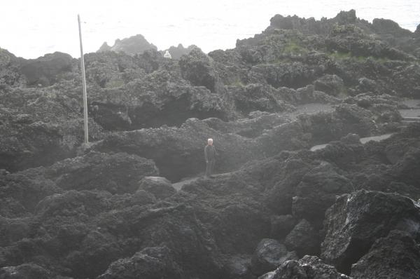 Jaim entre las rocas negras